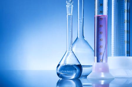 Laborausrüstung, Flaschen, Flakons mit rosa, hellrote Flüssigkeit