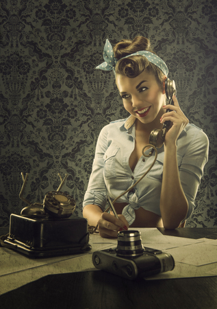 빈티지 스타일 레트로 다이얼 전화와 전화로 얘기하는 여자