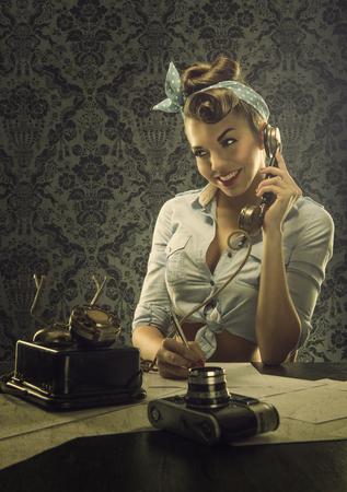 pin up vintage: Stile dell'annata della donna di parlare al telefono con il telefono retrò Archivio Fotografico