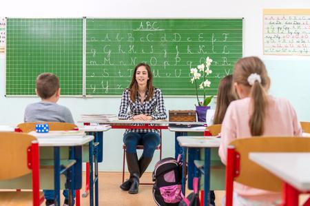 salle de classe: Enseignant et élèves dans la salle de classe: l'enseignement, Banque d'images