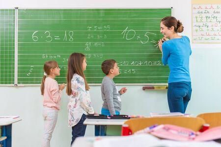matematicas: Profesor y estudiante en la pizarra, la clase de matemáticas