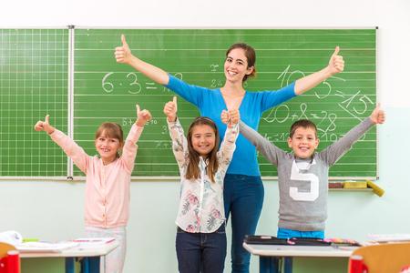 Kinder zeigen in der Schule: Die Schule kühl Standard-Bild - 45076132