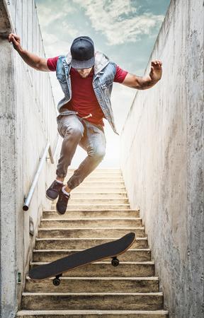 niño en patines: Chico skater profesional salta de la escalera
