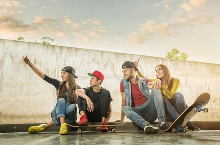 스케이트 보더 커플 만든 selfi 사진 스톡 콘텐츠