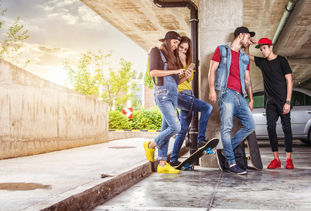 Skateboardfahrer, der Freunde in der Tiefgarage Standard-Bild - 45231135