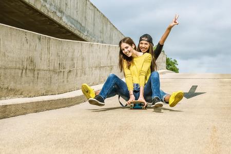 Skateboarder Freundinnen rollen den Hang hinunter Standard-Bild - 45231140
