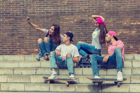 niño en patines: Amigos del skater en la escalera, hecho selfie foto Foto de archivo