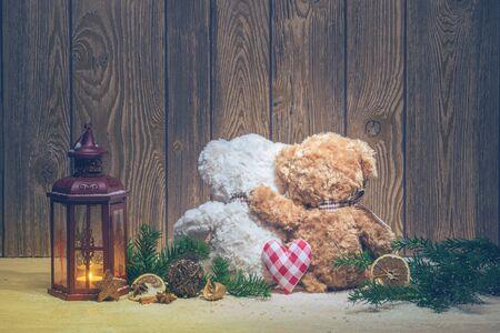 osos navideños: Decoraciones de Navidad - linternas y osos que abrazan Foto de archivo