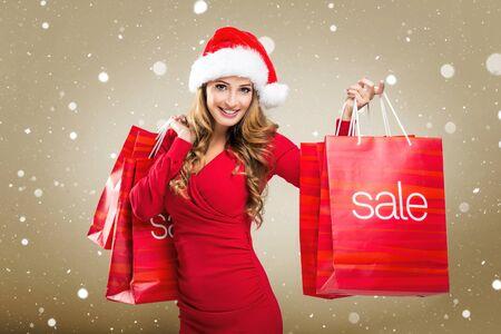 sexy young girl: Рождественская распродажа - женщина с красным продажи сумки Фото со стока