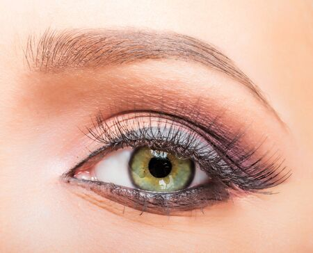 Ascendente cercano del ojo del maquillaje