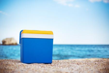 바다 모래에 쿨러 박스 스톡 콘텐츠