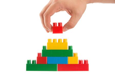 흰색 배경, 비즈니스 개념에 격리 된 스태킹으로 벽을 구축하는 손