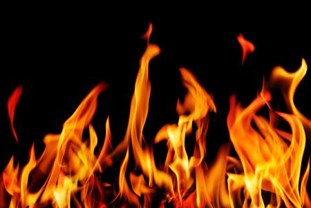 화재를 레코딩합니다. 검정색 배경에 화재 불길