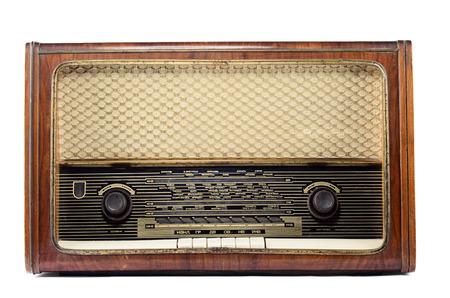 Ouderwetse vintage radio geïsoleerd op een witte achtergrond