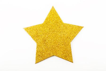 lucero: Estrella resplandeciente de oro en forma de adorno de Navidad aislado en el fondo blanco