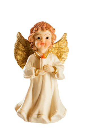 angel de la guarda: Pequeña figura de un ángel de Navidad con velas aislado en el fondo blanco