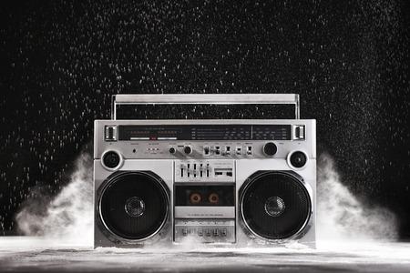 1980 실버 레트로 게토 블래스터와 먼지 검은 배경에 고립