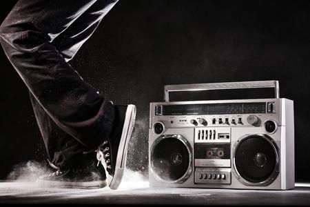 bolantes: Ghetto blaster retro, polvo y bailarina aislado sobre fondo negro