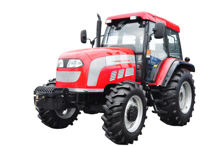 homme détouré: Nouveau tracteur agricole rouge isolé sur fond blanc