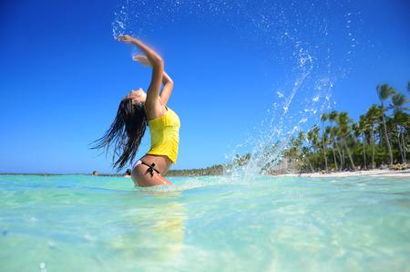 젊은 여자 해변, 건강 한 라이프 스타일과 자유 개념에서 휴식