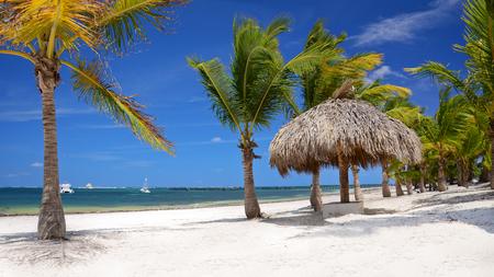 맑은 열대 해변과 아름다운 cloudscape 스톡 콘텐츠