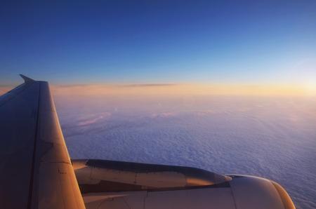 상단과 극적인 일몰, 비행기보기에서 솜 털 구름 스톡 콘텐츠