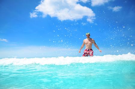카리브 바다의 맑은 물을 즐기는 평온한 젊은 남자