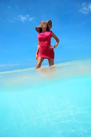카리브 바다의 맑은 물을 즐기는 평온한 젊은 여자 스톡 콘텐츠