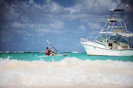 도미니카 공화국의 카리브 바다에서 카누를 타는 사람