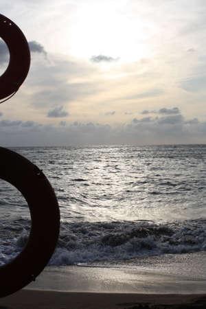 wasser: Rettungsringe im Sonnenuntergang