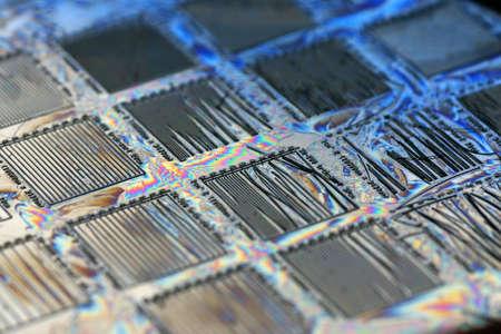 particolare: Immagine di un microchip di silicio durante la produzione. Questo particolare uno � stato preso dalla linea di produzione per errori.