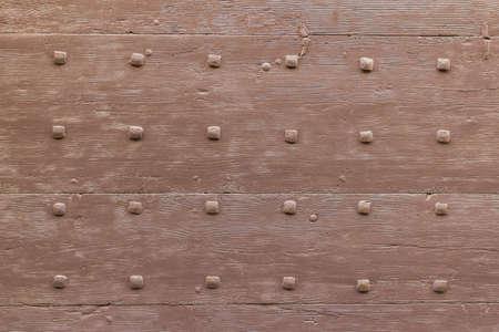 porte ancienne: Rang�e de clous enfonc�s dans une vieille porte.