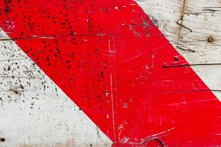 signalering: Een houten bord geschilderd met een rode band signalering. Stockfoto