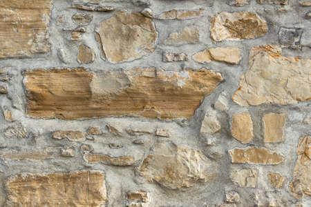 irregular shapes: Una pared con grandes piedras en formas irregulares.