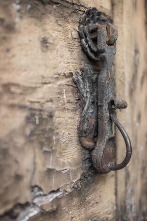 porte ancienne: Extreme close-up d'une vieille heurtoir de porte sur ruin�.
