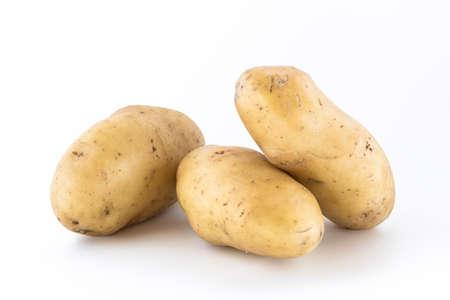 Drei rohe Kartoffeln, ungeschält, isoliert auf weißem Hintergrund. Standard-Bild - 40975840