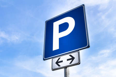 se�ales de transito: Se�al de aparcamiento gratuito, para ambos lados de la calle, con el cielo vac�o en el fondo.