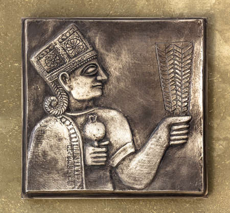cultura maya: Un antiguo alivio Maya en la tablilla de bronce con tonos dorados.