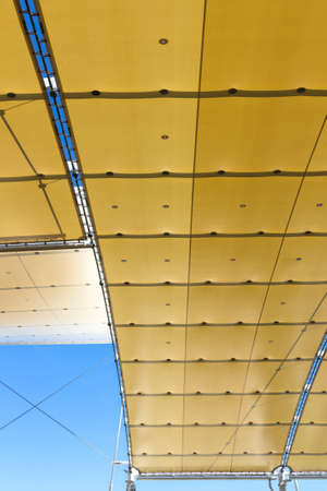 waxed: Temporary roof composed by a covering waxed
