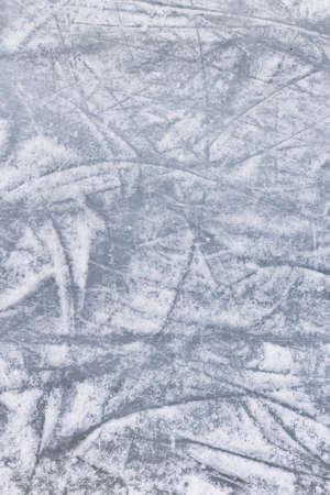 Los detalles de una pista de patinaje sobre hielo, con marcas y arañazos de cuchillas de los patines.