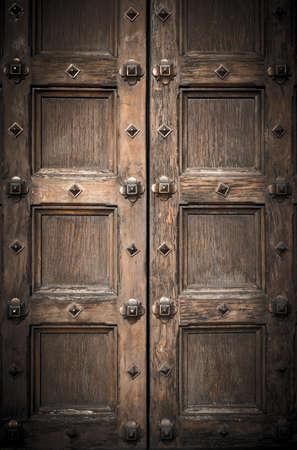 puertas de hierro: Antigua puerta de entrada tallada en Catedral