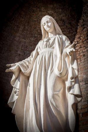 vierge marie: Statues de Saints Femmes dans l'Eglise catholique romaine sur le mur arrière-plan. Banque d'images