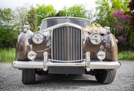 Vintage-Hochzeit Auto mit Blumen geschmückt