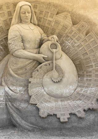 campesino: escultura de arena de una mujer campesina con un tarro Foto de archivo