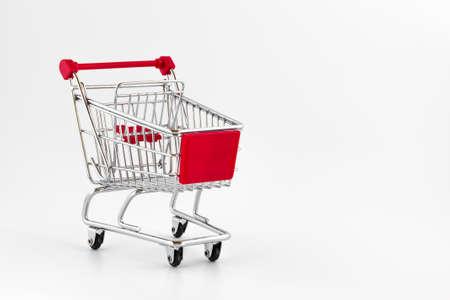 Cesta de la compra aislados en fondo blanco