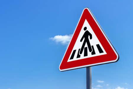 Voetgangersoversteekplaatsteken tegen blauwe hemelachtergrond
