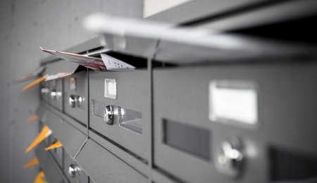 메일 상자는 전단지와 문자로 가득합니다. 얕은 DOF.