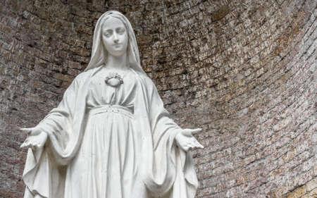 Close-up van de Onze-Lieve-Vrouw met open armen, onderaanzicht. Stockfoto