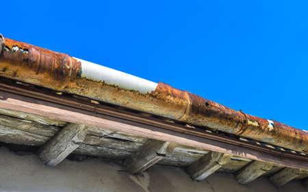 집의 지붕에 깨진 거터