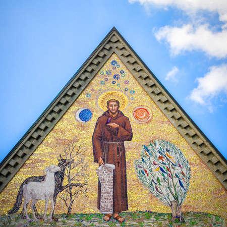 青い空を背景にアッシジの聖フランシスのモザイク